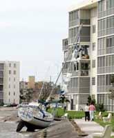En segelbåt har spolats upp på land i staden Aventura i Florida. Foto: Alan Diaz/Pressens Bild