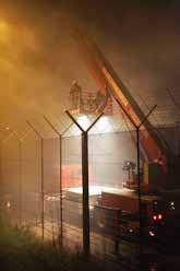 Brandmän försöker att släcka branden på flygplatsen. Foto: Evert Elzinga/PrB