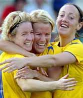 Anna Sjöström i mitten blir kramad efter sitt mål i matchen mot Portugal. Foto: Steven Governo/Pressens Bild