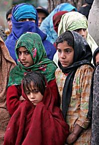 Flickorna väntar i regnet på en hjälpsändning från den pakistanska armén. Foto: Burhan Ozbilici/Pressens Bild