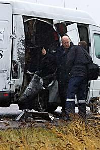 Polisen undersöker transportbilen efter rånet i torsdags. Foto: Björn Larsson Rosvall/PrB