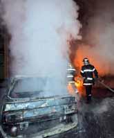 Brandmän släcker en bilbrand i staden Toulouse i Frankrike. Ungdomar i flera franska städer slåss mot polisen. Foto: Eric Cabanis/Pressens Bild