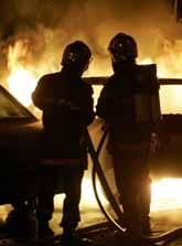 Två brandmän försöker släcka en brand i en bil utanför staden Lille i norra Frankrike. Foto: Philippe Huguen/Pressens Bild