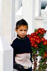 Den bosniske pojken firar att det är tio år sedan det blev fred i Bosnien. Foto: Elvis Barukcic/Pressens Bild