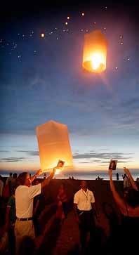 Lyktor av rispapper skickades upp till minne av alla döda. Foto: Peter Wikström/PrB