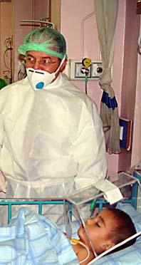 Turkiets hälsominister Recep Akdag besöker en pojke som kan vara smittad av fågelinfluensan. Foto: Pressens Bild