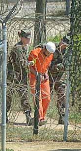 En fång i lägret Guantanamo. Foto: Andres Leighton/PrB