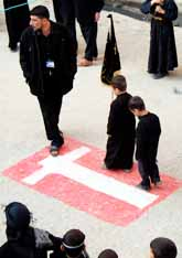 Barn i Irak går på en dansk flagga som är målad på gatan. Foto: Ahmad Abdel Razak/Pressens Bild