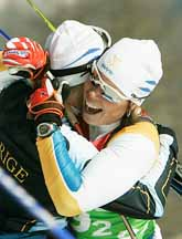 Lina Andersson och Anna Dahlberg är överlyckliga. De har vunnit OS-guld i sprint. En halvitmme senare tog herrlaget också guld. Foto: Pressens Bild