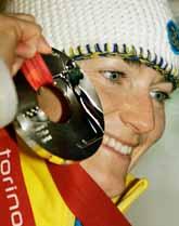 Anna Carin Olofsson visar sin silvermedalj. I helgen har hon en chans till att ta medalj. Kanske kan det bli guld. Foto: Greg Baker/Pressens Bild