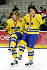Svenska spelare firar silvermedaljerna i OS-hockeyn. Foto: Gene J. Puskar/PrB