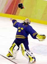 Segern är vår! Målvakten Henrik Lundqvist katar sin handske i luften efter segern mot Finland. Foto: Eric Risberg/Pressens Bild
