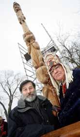 Kulturminister Leif Pagrotsky var med när totempålen återlämnades. Bredvid honom står Sam Robertsson, en av Haisla-indianerna. Foto: Fredrik Persson/Pressens Bild