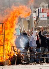 Bråken mellan kurdiska demonstranter och polis har varit våldsamma. Bilden är från staden Diyarbakir. Foto: Mustafa Ozer/PrB