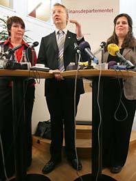 Finansminister Pär Nuder tillsammans med Alice Åström, vänsterpartiet och miljöpartiets Yvonne Ruwaida. Foto: Fredrik Persson/PrB
