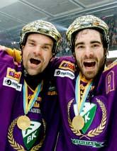 Glada spelare firar Färjestads SM-guld i ishockey. Foto: Claudio Bresciani/PrB