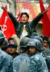 Folk protesterar på gatorna mot Nepals kung Gyanendra. Foto: Gautam Singh/PrB