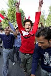 Människor i Nepals huvudstad Katmandu firar att kungen börjat lämna i från sig makt. Foto: Manish Swarup/Pressens Bild