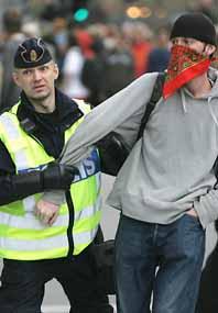 Polisen grep 140 ungdomar i Stockholms centrum i måndags. Gatufesten slutade i bråk och förstörelse. Foto: Fredrik Persson/Pressens Bild