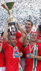 Zlatan och hans lagkompisar firar segern i den italienska ligan. Foto:Francensco Pecoraro/PrB
