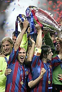 Henrik Larsson firar segern med lagkamraterna i Barcelona. Foto: Pressens Bild