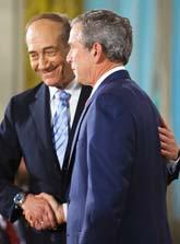 Ehud Olmert och George Bush skakar hand på ett möte i Washington. Foto: Paul J. Richards/Pressens Bild