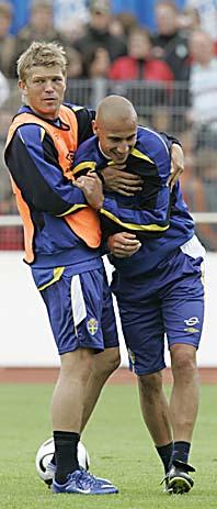 Marcus Allbäck och Henke Larsson skojar på landslagets träning i Tyskland. Foto: Jörg Sarbach/PrB