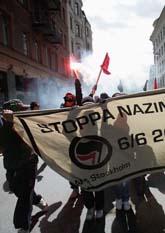 Den antifascistiska gruppen Afa demonstrerade i Stockholm. Polisen flyttade demonstranterna från staden för att undvika bråk mellan Afa och högerextremister. Foto: Fredrik Persson/Pressens Bild