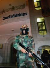 En soldat vaktar vi palestiniernas parlament i staden Ramallah. Foto: Muhammed Muheisen/PrB
