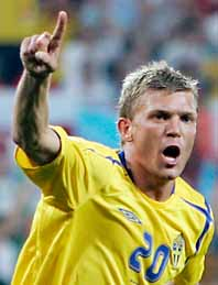 Marcus Allbäck gjorde Sverige första mål mot England. Det var också mål nummer tvåtusen i VMs historia. Foto: Sven Nackstrand/Pressens Bild