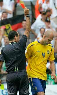 Teddy Lucic blir utvisad. Större delen av matchen mot Tyskland fick Sverige spela med en man mindre. Foto: Presssens Bild