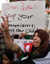 Palestinska kvinnor protesterar mot Israels anfall på de palestinska områdena. Foto: Nasser Shiyoukhi/PrB