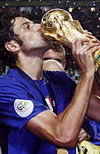 Italiens guldhjälte Fabio Grosso kysser VM-pokalen efter segern finalen. Foto: Aris Messinis/PrB