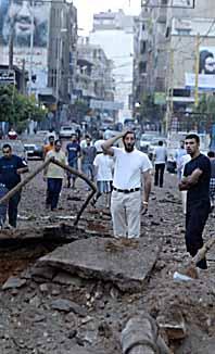 En israelisk bomb har slagit ner mitt i gatan i området Dahyie i Beirut. Foto: Ramzi Haidar/PrB