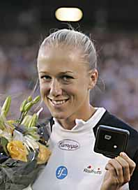 Kajsa Bergqvist fick en diamant när hon slog Stadionrekordet. Foto: Anders Wiklund/Pressens Bild