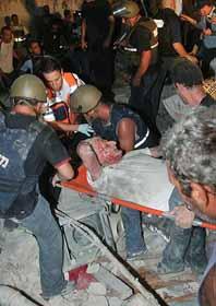 En av Hizbollahs raketer har slagit ner i Israel. Raketerna skadar och dödar israeler. Israel försöker förstöra Hizbollahs vapen men har inte lyckats. Foto: Pressens Bild