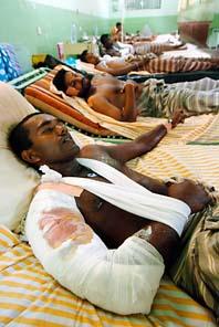 Hundratals människor skadas och dödas i kriget i Sri Lanka. På bilden ligger regeringssoldaten W.D. Anand på sjukhus med en svår skada i armen. Foto: Lakruwan Wanniarachchi/Pressens Bild