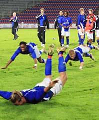 Matchen är slut. Åtvidabergs spelare kastar sig av glädje. De är vidare i Uefa-cupen. Foto: Hans Runesson/Scanpix