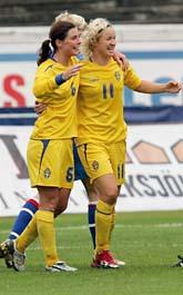 Två av de svenska målgörarna jublar. Victoria Svensson och Malin Moström är på väg för att gratulera Hanna Ljungberg som är tillbaka från sin skada. Foto: Scanpix