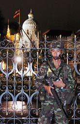 En soldat står vakt utanför riksdagens hus i Thailands huvudstad Bangkok. Foto: Scanpix