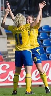 Victoria Svensson springer fram och gratulerar Hanna Ljungberg. Hannas två mål betydde att Sverige tar sig till fotbolls-VM. Foto: Hans Runesson/Scanpix