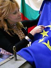 En kvinna i Bulgarien syr en ny EU-flagga. Foto: Petar Petrov/Scanpix