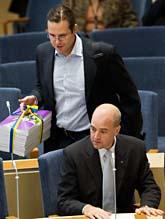 Finansminister Anders Borg med regeringens budget. Framför honom sitter statsminister Fredrik Reinfeldt. Foto: Henrik Montgomery/Scanpix