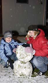 Snön ställde inte bara till bekymmer. Samuel och Emilia Emretsson i Idre kunde göra årets första snögubbe. Foto: Nisse Schmidt/Scanpix
