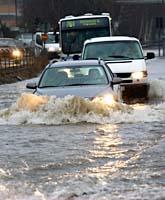 Mölndalsån har svämmat över. Vägarna i närheten har hamnat under vatten. Foto: Björn Larsson Rosvall/Scanpix