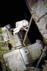 Christer Fuglesang svävar utanför rymdstationen. Foto: NASA/Scanpix