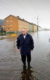 Försvarsminister Mikael Odenberg i det översvämmade Mölndal. Foto: Björn Larsson Rosvall/Scanpix