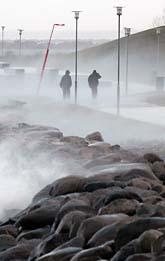 Stormen piskade strandpromenaden vid Västra hamnen i Malmö. Hela södra Sverige drabbades av stormen. Foto: Johan Nilsson/Scanpix