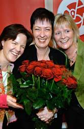 Mona Sahlin fick blommor av Carin Jämtin och Ulrika Mässing. Foto: Tomas Oneborg/SvD/Scanpix