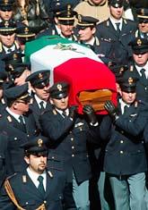 Poliser bär kistan av den dödade polisen. Foto: AP Foto/Tano Press/Pecoraro/Scanpix